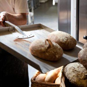 Vers brood uit de oven bij de bakker